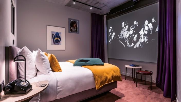 Kinohotel in Paris: Fast wie daheim, nur mit richtiger Leinwand: Kino vom Bett aus im Hotel Paradiso.