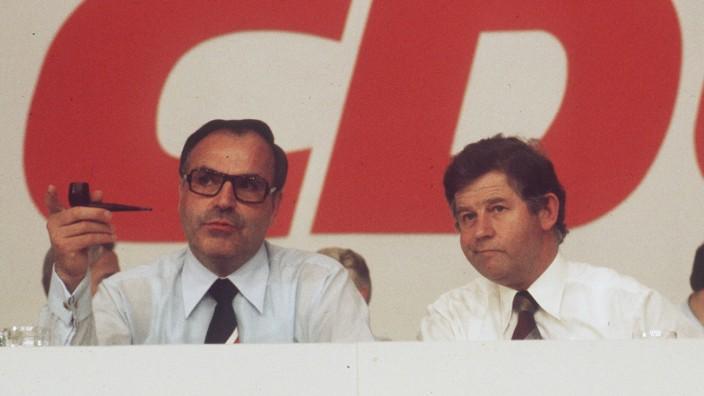 Politiker Kurt BIEDENKOPF im Alter von 91 Jahren gestorben. Archivfoto; Helmut KOHL (links) im Gespraech mit Kurt BIEDEN