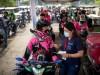 Drive-in: Vor einem Einkaufszentrum in Manila warten Essenslieferanten auf eine Spritze mit dem Impfstoff des chinesischen Herstellers Sinovac. Laut WHO wirkt das Vakzin nur bei jedem Zweiten gut.