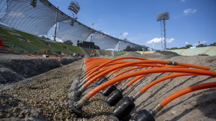 Olympiastadion: In den Sand gesetzt: die Rohre für die neue Rasenheizung im Olympiastadion.