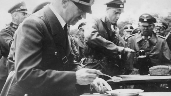 Adolf Hitler bei einem Frontbesuch, 1941