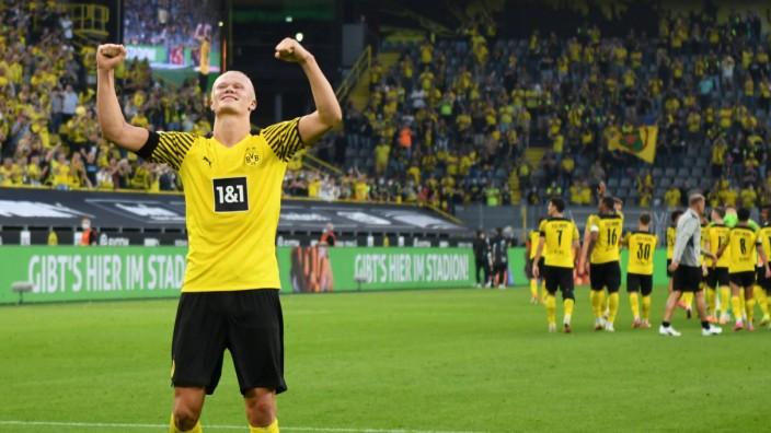 Dortmunds brillanter Auftaktsieg: Bekommt zur Belohnung seine eigene Ehrenrunde: Dortmunds Torjäger Erling Haaland nach seinem Deluxe-Auftritt gegen die Frankfurter Eintracht.