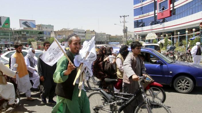 Afghanistan: Wie künftig Einfluss nehmen auf das Geschehen in Afghanistan? Ein Straßenhändler verkauft Taliban-Flaggen in Herat.