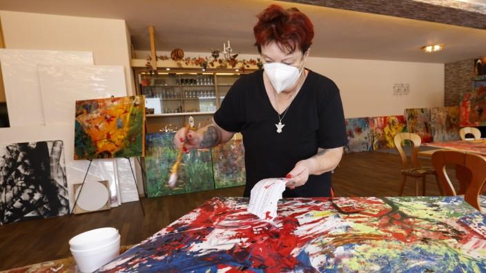 Kunst in Au: Die Auer Künstlerin Heidrun Hee, hier in ihrem Atelier im Saal des Gasthauses Bergsteffl, liebt großformatige, farbenfrohe Bilder.