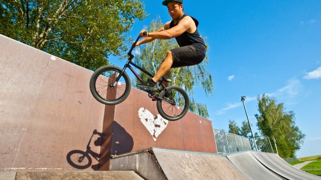 Ebersberg: Hier gibt Nam Tran seine Tricks auf dem BMX-Rad zum besten.