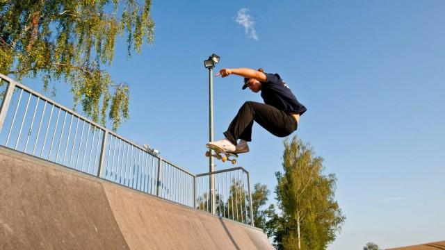 Ebersberg: Marius Leitner vom Rollsportclub Ebersberg führt seine Skateboard-Tricks vor.