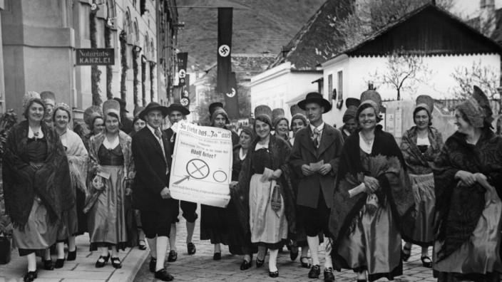 Wähler auf dem Weg ins Wahllokal in Spitz an der Donau, 1938