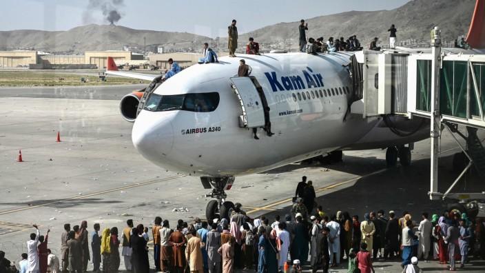 Kabul: Der Flughafen in Kabul ist für viele der letzte Hoffnungsort: Wer es hierher schafft, schafft es vielleicht noch raus. Die Frage ist nur: wohin?