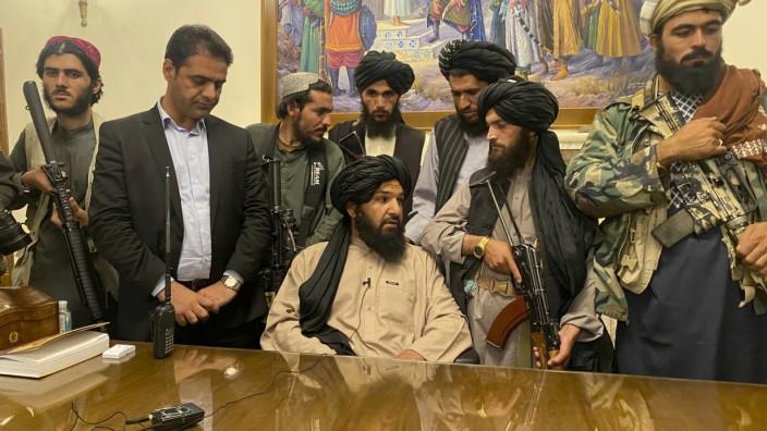 Afghanistan: Taliban-Kämpfer im afghanischen Präsidentenpalast.