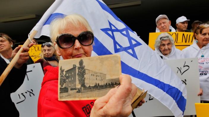 Polen: Die Holocaust-Überlebende Malkah Gorka zeigt ein Foto aus ihrer Schulzeit in Polen, während sie 2018 vor der polnischen Botschaft in Tel Aviv gegen Warschaus Politik demonstriert.