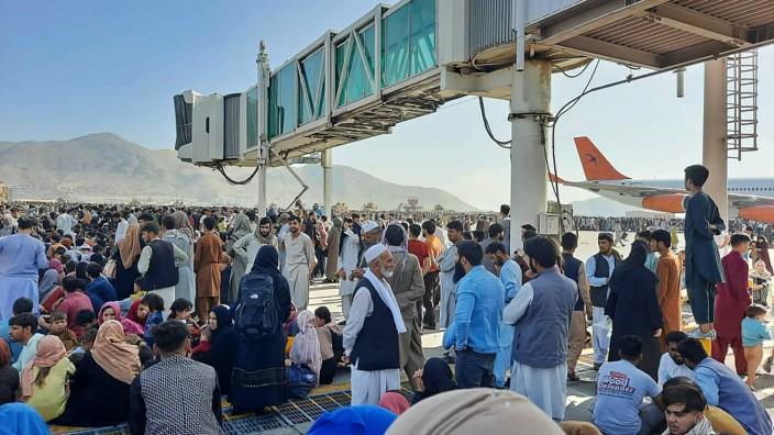 Afghanistan: Viele Afghanen wollen nach der Machtübernahme der Taliban nicht mehr im Land bleiben. Tausende stürmten das Rollfeld am Kabuler Flughafen und versuchten, an Bord einer Maschine zu gelangen - dabei soll es auch Tote gegeben haben.