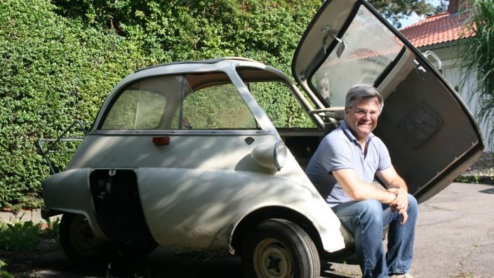 Starnberger See: Thomas Schwingenstein hat schon als Kind in dieser BMW-Isetta in Berg gespielt. Heute, viele Jahre später, gehört ihm das Fahrzeug und er restauriert es.