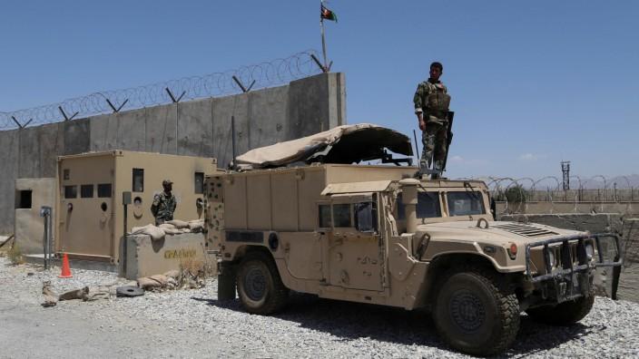 Afghanistan: Noch vor wenigen Wochen rechnete kaum ein Experte mit einem derart schnellen Siegeszug der Taliban. Die afghanischen Regierungsarmee - hier Soldaten auf einem Stützpunkt nördlich von Kabul im Juli - räumte zuletzt weitgehend kampflos das Feld.