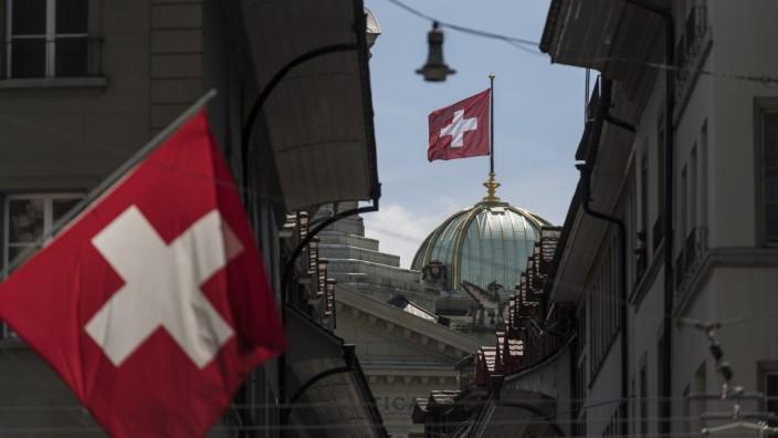 Schweizer Flagge weht über dem Bundeshaus