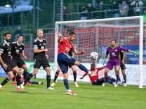 Strafraumszene, Christoph Ehlich (Unterhaching, 33) zieht ab, 17.08.2021, Unterhaching (Deutschland), Fussball, Regiona