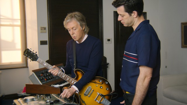 """Pop bei Netflix und Apple TV+: Paul McCartney (l.), Möwen-Imitator, Komponist und """"Beatles""""-Bassist (hier mit einer Gitarre und Mark Ronson)."""