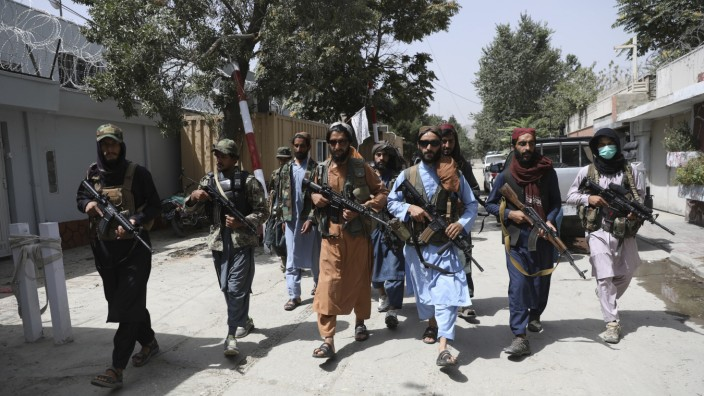 Außenpolitik: Taliban-Kämpfer patrouillieren im Kabuler Wazir-Akbar-Khan-Viertel, wo die US-Botschaft in Afghanistans Hauptstadt untergebracht ist.