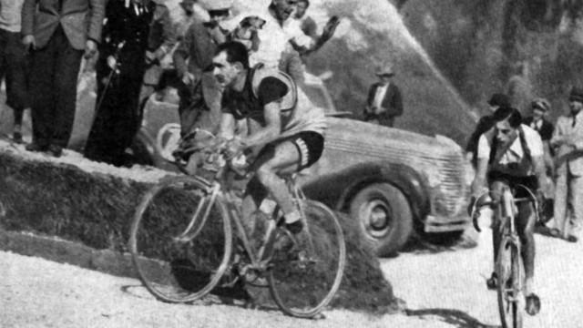 Gino Bartali (li.) und Fausto Coppi (beide Italien) während des Giro d Italia 1940 auf der 17. Etappe von Pieve di Cado