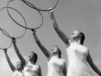 BDM-Mädchen bei Turnübungen, 1939