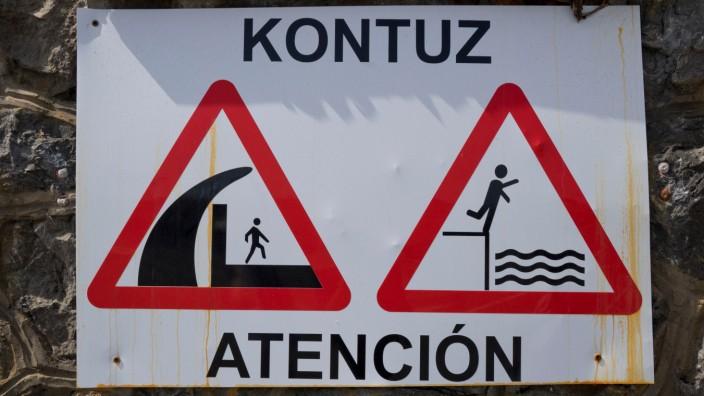 Dem Geheimnis auf der Spur: Zweisprachige Straßenschilder im spanischen Baskenland.