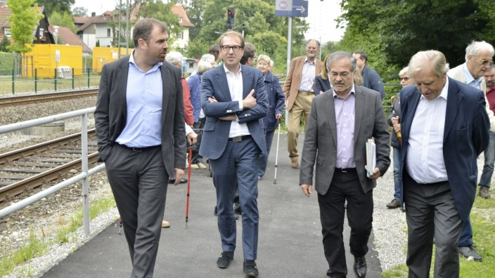 Putzbrunn: Die CSU-Politiker Florian Hahn und Alexander Dobrindt (von links) 2016 bei einem gemeinsamen Besuch am S-Bahnhof in Ebenhausen.