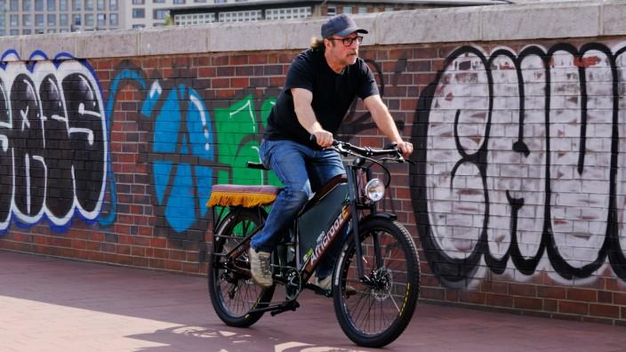 Der Schauspieler Bjarne Maedel (Mädel, Botschafter des Projekts African E-Bikes ) auf dem E-Bike fuer Afrika in Hamburg