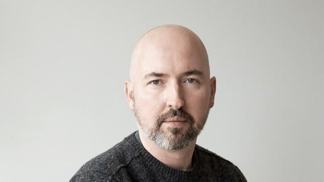 """Douglas Stuart: """"Shuggie Bain"""": Douglas Stuart ist 1976 in Glasgow geboren. Manches in seiner Biografie stimmt mit der Handlung des Romans überein. Heute lebt er, nach einer Karriere als Modedesigner, in New York."""