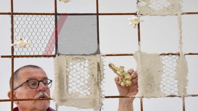 Kunstausstellung: Niclas Willam-Singer schafft mit Knochen und Schädeln dreidimensionale Memento Mori.