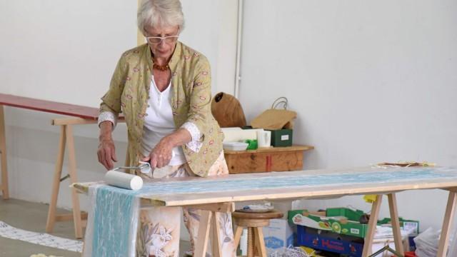 Kunstausstellung: Hermine Schmid entwirft Kleider aus Papier, die sie als Zeichen der Hoffnung sieht, nach langen Corona-Entbehrungen.