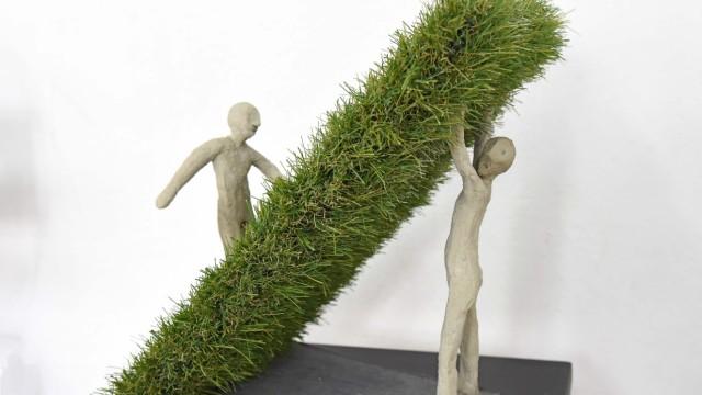Kunstausstellung: Die Balance zwischen Mensch und Natur sucht Ola Schmidt in ihrer Arbeit mit zwei Figuren und Rollrasen.