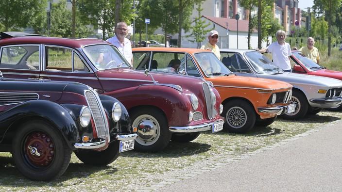 Historische Fahrzeuge: Stolze Besitzer liebevoll gepflegter Oldtimer.