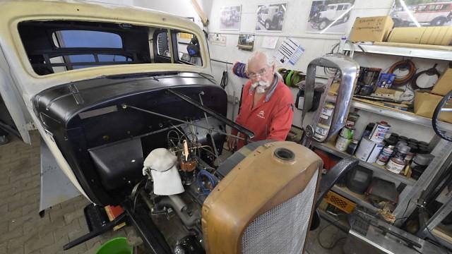 Historische Fahrzeuge: Reiner Erhardt restauriert in seiner Garage einen Mercedes W143, Baujahr 1937, ein Erbstück von einem Kollegen.