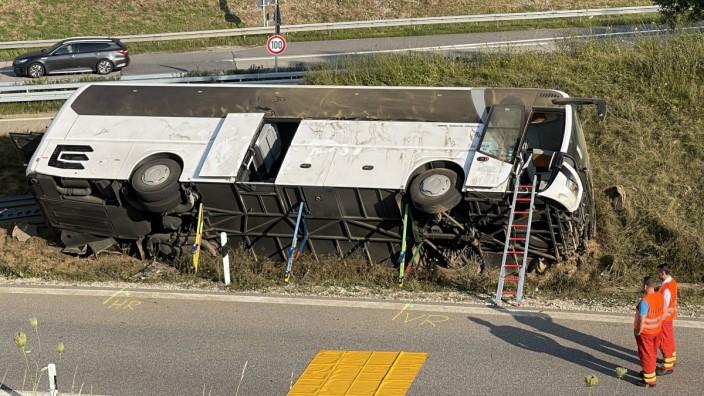 Reisebus in Niederbayern umgekippt