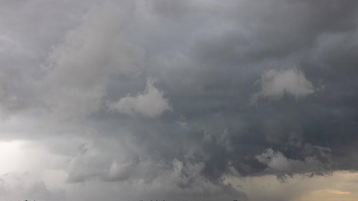 Unwetterfront mit Hagel wird von heftigem Wind ueber das Land getrieben, Deutschland, Bayern, Wasserburg approaching th