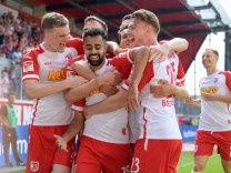 Fußball, 2. Bundesliga, 21.08.2021, SSV Jahn Regensburg - FC Schalke 04. Im Bild Regensburg Torjubel bejubelt Tor 4:1.
