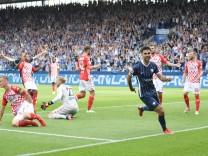 Gerrit Holtmann (VfL Bochum), re., hat soeben das Tor zum 1:0 erzielt und dreht ab, die Mainzer sind entsetzt 21.08.2021