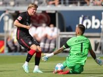 Eintracht Frankfurt - FC Augsburg, 1. FBL Jens Petter Hauge (Eintracht Frankfurt, 23) scheitert an Torwart Rafal Gikiew