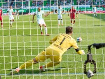 Branimir HRGOTA, Fuerth Nr.10 scores, shoots goal , Tor, Treffer, 11m 1-1, Stefan Ortega, goalkeeper Bielefeld Nr. 1 in