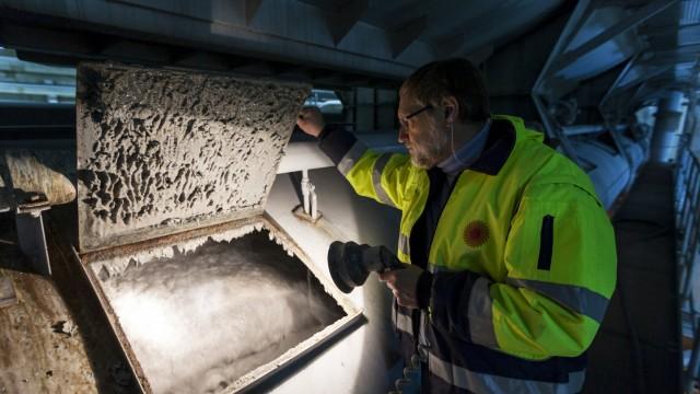 Papiermangel in der Verlagsbranche: Der Mitarbeiter einer Papierfabrik in Sachsen kontrolliert einen Tank mit Zellulosegemisch.