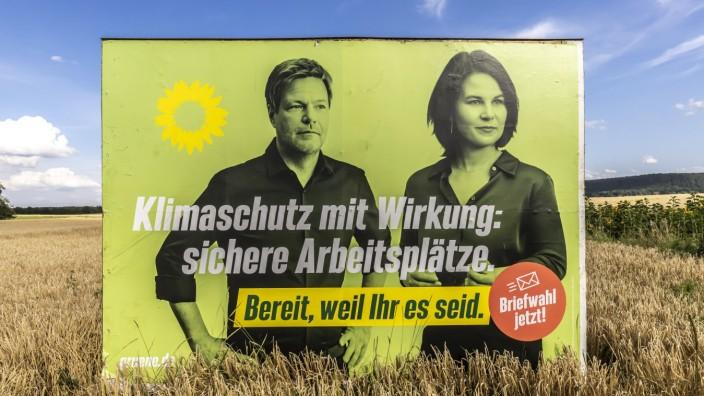 Wahlplakat der Partei Grüne mit Annalena Baerbock, Robert Habeck in einem Getreidefeld. // 13.08.2021: Deutschland, Bad