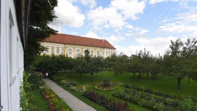 SZ-Serie: Wer wohnt denn da?: Das Dachauer Schloss und sein Hofgarten müssen stets gehegt und gepflegt werden. Das übernimmt Anton Winter.