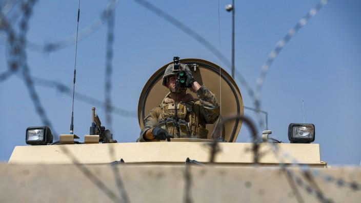 """Islamisten: """"Absolut todernst"""": Ein US-Marine überwacht das Flughafengelände in der afghanischen Hauptstadt Kabul."""