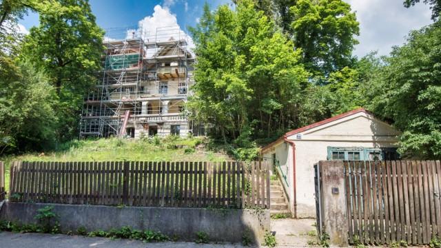 Krailling: Das denkmalgeschützte Gebäude in der Kraillinger Bergstraße wird aktuell aufwendig saniert.