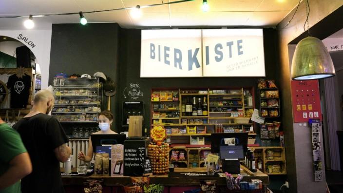 Bar in der Isarvorstadt: Ein bisschen Trinkhalle, ein bisschen Getränkemarkt: Die Bierkiste ist beides.
