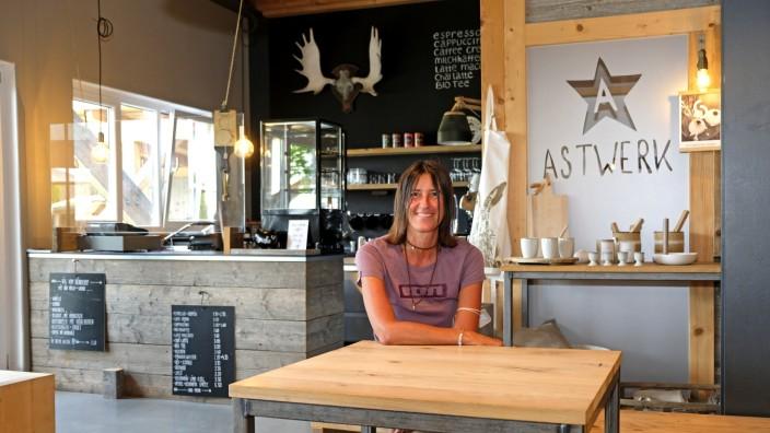 Geheimtipp im Gewerbegebiet: Am wichtigsten ist der Café-Betreiberin Elisabeth Haimerl, dass sich die Gäste bei ihr wie zu Hause entspannen können. Manche fühlten sich so wohl, dass sie sogar das Bezahlen vergäßen, erzählt die Wirtin.