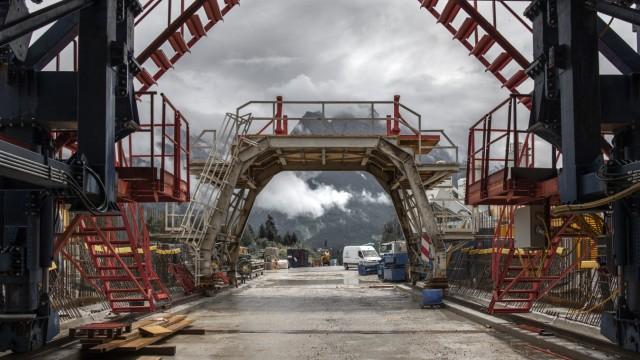 Verkehrswende: Der Blick aus dem Südportal des 3,6 Kilometer langen Kramertunnels, der Garmisch vom Verkehr in Richtung Fernpass entlasten soll.