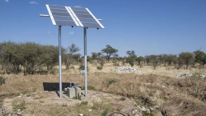 Solarbetriebenes Wasserloch im Khaudum Nationalpark in Namibia Der Park ist Teil des grenzuebergrei