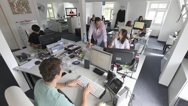 SZ-Serie: Wer wohnt denn da?: Die Büroräume in der Jugendstilvilla sind modern.