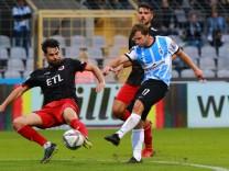 31 Richard Neudecker (1860) blau erzielt das Tor zum 1-0 gegen 20 Aaron Berzel, (Viktoria) Fussball / 3. Liga / TSV 186