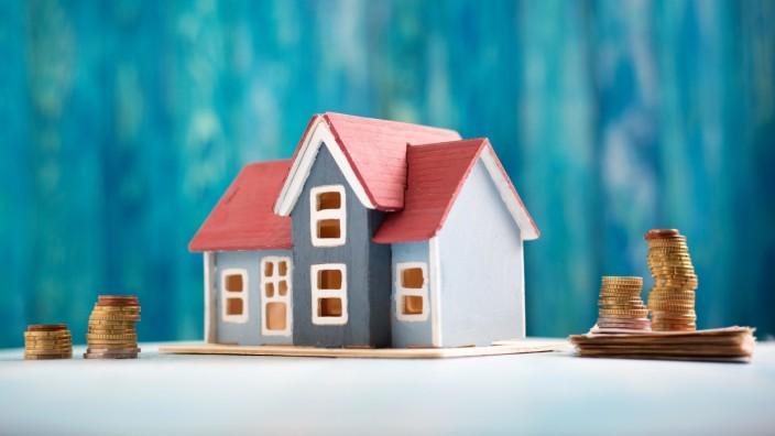 Teilverkauf von Immobilien: Das Haus ist abbezahlt, aber die Rente reicht nicht, um höhere Ausgaben zu stemmen? Unternehmen bieten da einen Teilverkauf an. Doch das sollte gut überlegt sein.